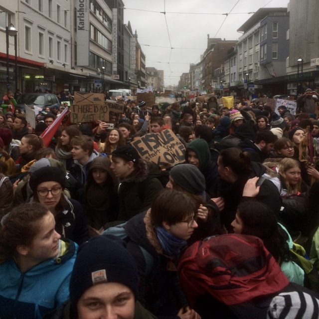 Fridays For Future: Demonstrationszug in Karlsruhe am 15.03.2019 (Foto: Tanvas) von Schüler*innen